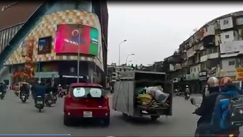 Lái xe kiểu 'ăn cướp' giữa Thủ đô