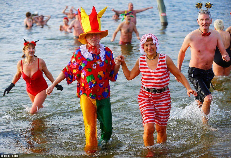 Người dân trên khắp thế giới đổ xô đi tắm ngày đầu năm