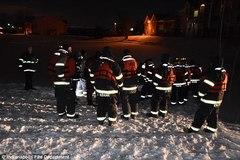 Xem giải cứu người phụ nữ lao xe xuống hồ nước đóng băng