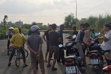 Người đàn ông cháy đen, cạnh xe đạp thể thao ở Sài Gòn