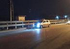 Ngồi vệ đường sau tai nạn, đôi nam nữ bị ô tô đâm thương vong