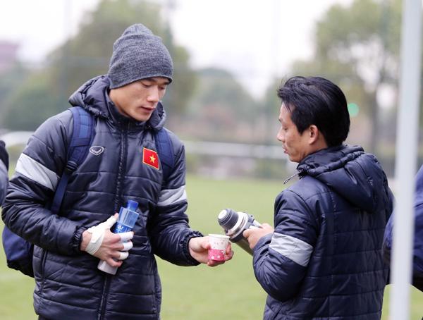 Tuyển thủ U23 Việt Nam không 'đầu hàng' trước... ông trời