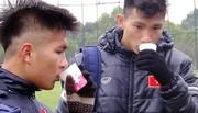 """Tuyển thủ U23 Việt Nam không """"đầu hàng"""" trước... ông trời"""