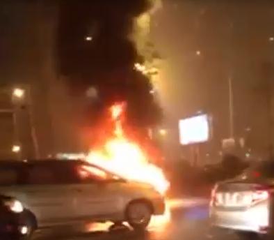 Ô tô cháy ngùn ngụt giữa đường, nhiều tài xế lại gần quay phim, chụp ảnh