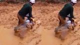 Người đàn ông dũng cảm trên con đường ngập ngụa bùn đất