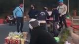 """Dừng mua hoa quả, ba anh chàng nước ngoài """"quẩy"""" nhiệt tình ngay bên đường"""