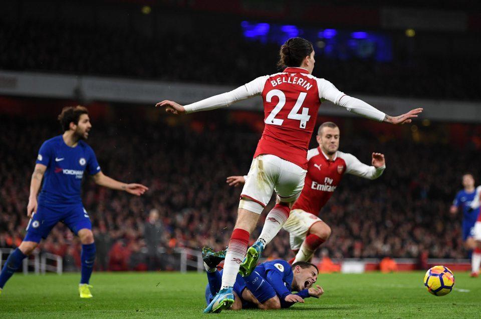 Wenger nổi đóa với trọng tài: Quả penalty như một trò hề!