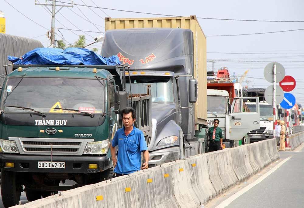 Hành khách mệt mỏi chờ thoát khỏi kẹt xe ở BOT Cần Thơ - Phụng Hiệp