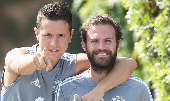Messi nổi hứng, Barca 'hốt' gọn 3 cầu thủ MU