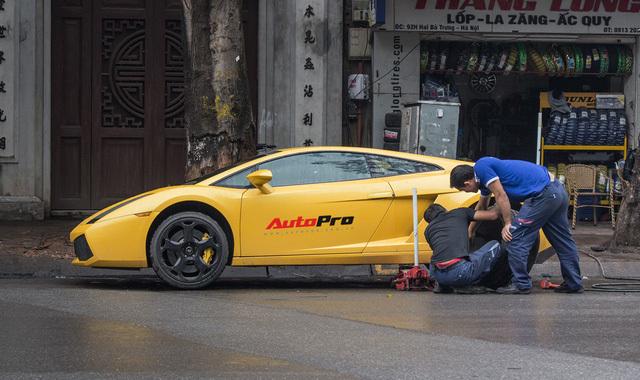 Thợ Việt sửa siêu xe Lamborghini ngay tại vỉa hè ở Hà Nội