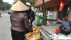 Người phụ nữ bất ngờ vì món đồ quý trong chiếc gối cũ ở thùng rác