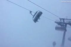 Khiếp cảnh du khách bị kẹt cáp treo, lắc điên đảo trong gió bão