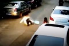 Cô gái thất kinh vì bị lợn rừng tấn công giữa phố