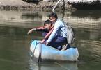 Mạo hiểm vượt sông đi học trên thùng nhựa