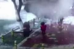 Nữ sinh bị cả tảng tuyết lớn chôn vùi giữa đường