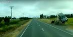 Ô tô mất lái bay trên xa lộ như phim hành động