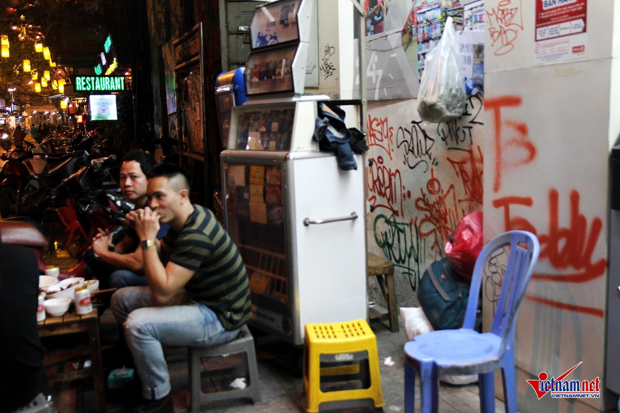 Graffiti nguệch ngoạc nhem nhuốc phố cổ Hà Nội