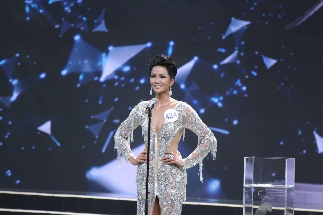 Kết quả hình ảnh cho H'Hen Niê đăng quang Hoa hậu Hoàn vũ