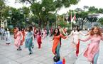 30 sinh viên diện áo dài nhảy đón xuân bên hồ Hoàn Kiếm