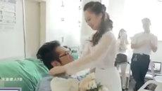 Cô gái mặc váy cưới, đến tận giường bệnh cầu hôn bạn trai cụt chân