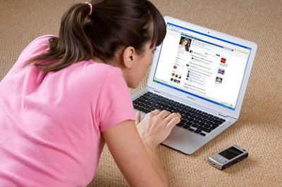 Nữ sinh Hà Nội nghiện Facebook, phải đánh thuốc mê đưa vào viện