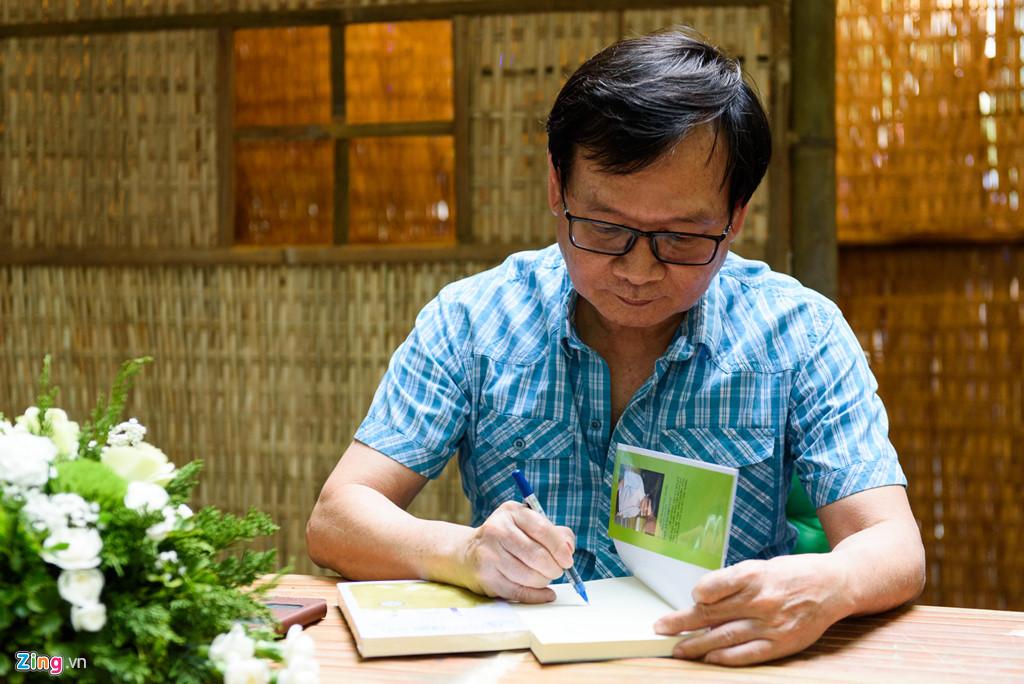 Độc giả xếp hàng từ sáng sớm để nhận chữ ký nhà văn Nguyễn Nhật Ánh