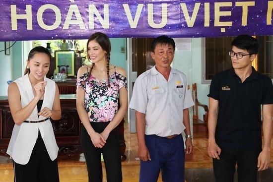 Bỏ mặc những tranh cãi, Hoa hậu Hoàn vũ H'hen Niê giản dị đi từ thiện