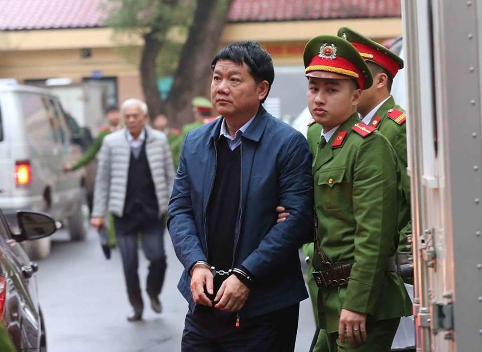 Cảnh sát dẫn giải bị cáo Đinh La Thăng.