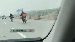 2 thanh niên ngoại quốc 'hồn nhiên' chạy xe máy trên cao tốc