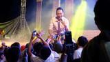 Clip Duy Mạnh bị khán giả lao lên đấm khi đang hát ở Quảng Trị