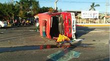 Xe cứu hỏa đâm 3 ô tô lật giữa đường, 2 cảnh sát nhập viện