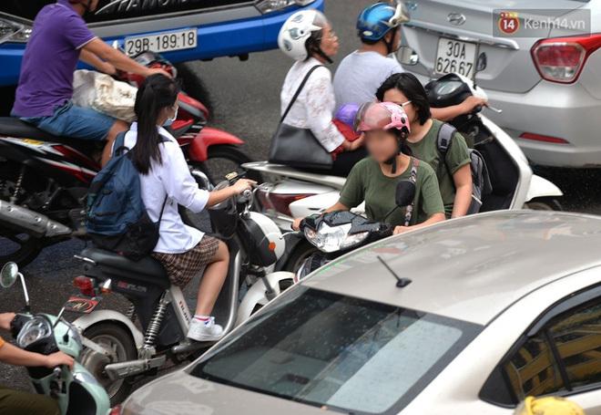 Giữa dòng xe đông đúc, 'ninja xe ga' khiến người xung quanh tức tối, la ó