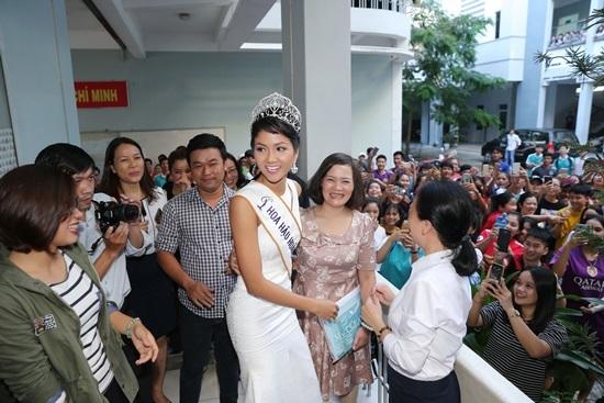 Hoa hậu H'Hen Niê vỡ òa hạnh phúc ngày về thăm trường