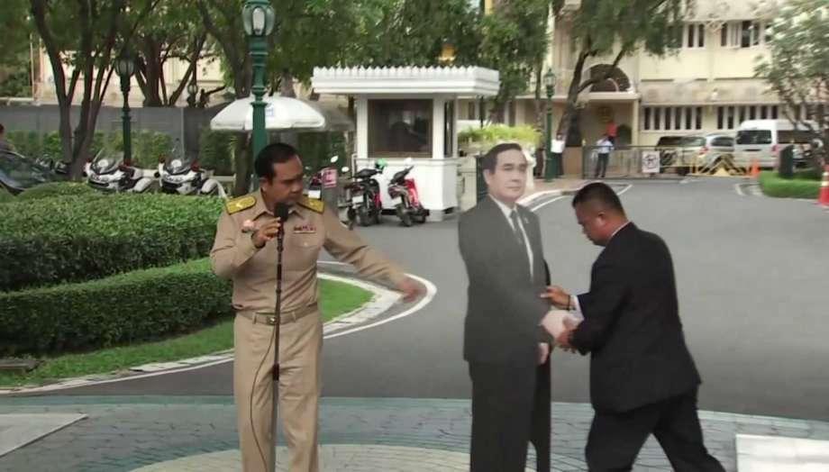 Thủ tướng Thái Lan để hình nộm tiếp phóng viên