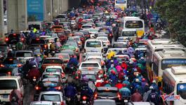 Hà Nội: Xe máy, ô tô nhích từng centimet trong giá rét
