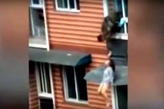 Cô gái chơi vơi trên mái cửa sổ chung cư được cứu vì mái tóc dài