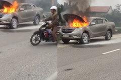 Ô tô cháy giữa đường, hàng chục người đứng quay clip
