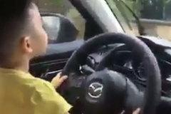 Bất bình trước hình ảnh cậu bé lái xe ô tô trong ngày mưa