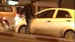 Chạy xe máy chặn đầu, đập vỡ kính ô tô trên phố Hà Nội