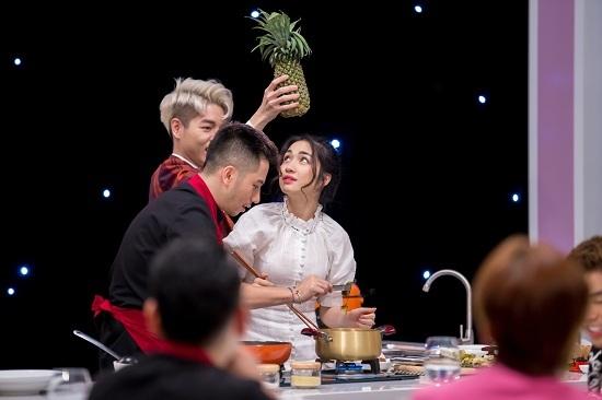 Hòa Minzy đứng ngồi không yên trước đầu bếp đẹp trai