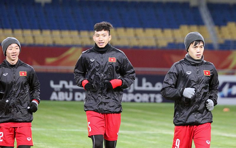 """U23 Việt Nam """"đạp cỏ"""" sân Côn Sơn, sẵn sàng đấu U23 Hàn Quốc"""