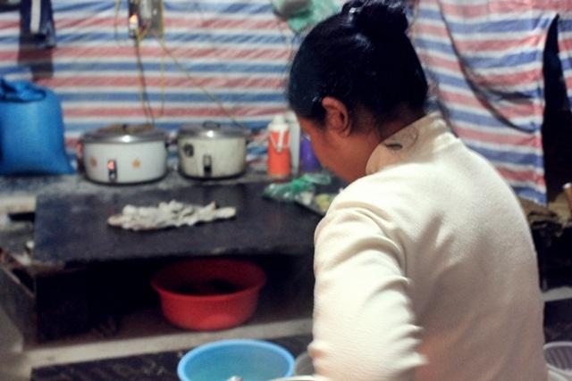 Nữ cấp dưỡng tái mặt vì sự cố trong nhà tắm tạm của công nhân - ảnh 2