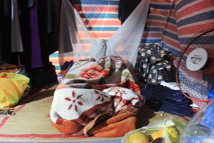 Nữ cấp dưỡng tái mặt vì sự cố trong nhà tắm tạm của công nhân - ảnh 5