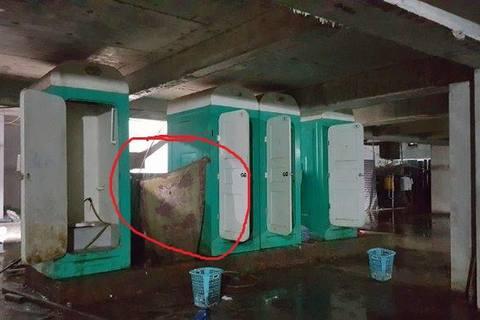 Nữ cấp dưỡng tái mặt vì sự cố trong nhà tắm tạm của công nhân - ảnh 1