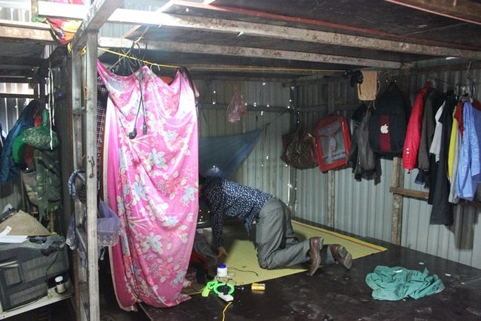 Anh Minh trên chiếc giường tạmtrong lán. Ảnh: Thanh Hải