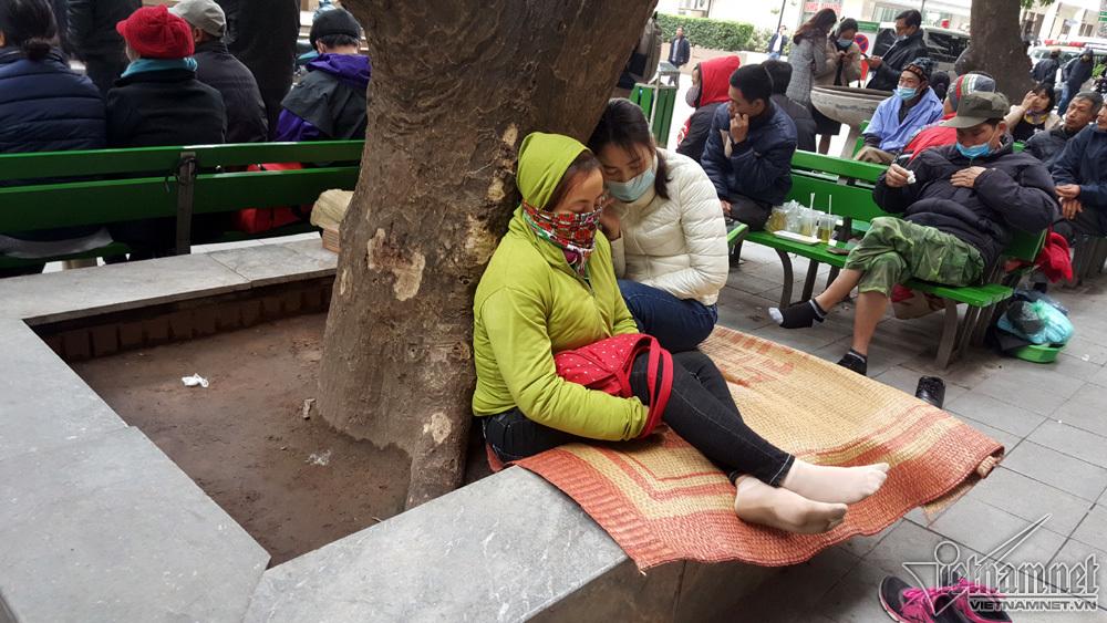 Hà Nội: 'Lót ổ' hành lang bệnh viện, đốt lửa vệ đường chống rét