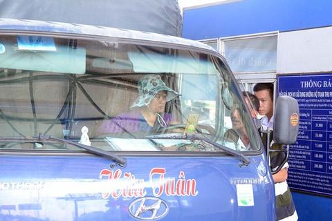 Nữ tài xế tải tranh cãi nảy lửa với nhân viên BOT T2
