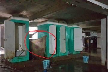 Nữ cấp dưỡng tái mặt vì sự cố trong nhà tắm tạm của công nhân