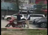 Xôn xao clip tài xế Mercedes tát người lớn tuổi sau va chạm giao thông