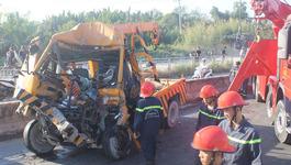 Tông xe kinh hoàng ở dốc cầu Phú Mỹ, 3 người chết